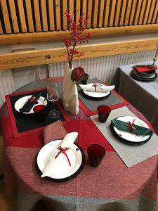 Kaunis kattaus ja kukat kuuluvat juhlapöytään
